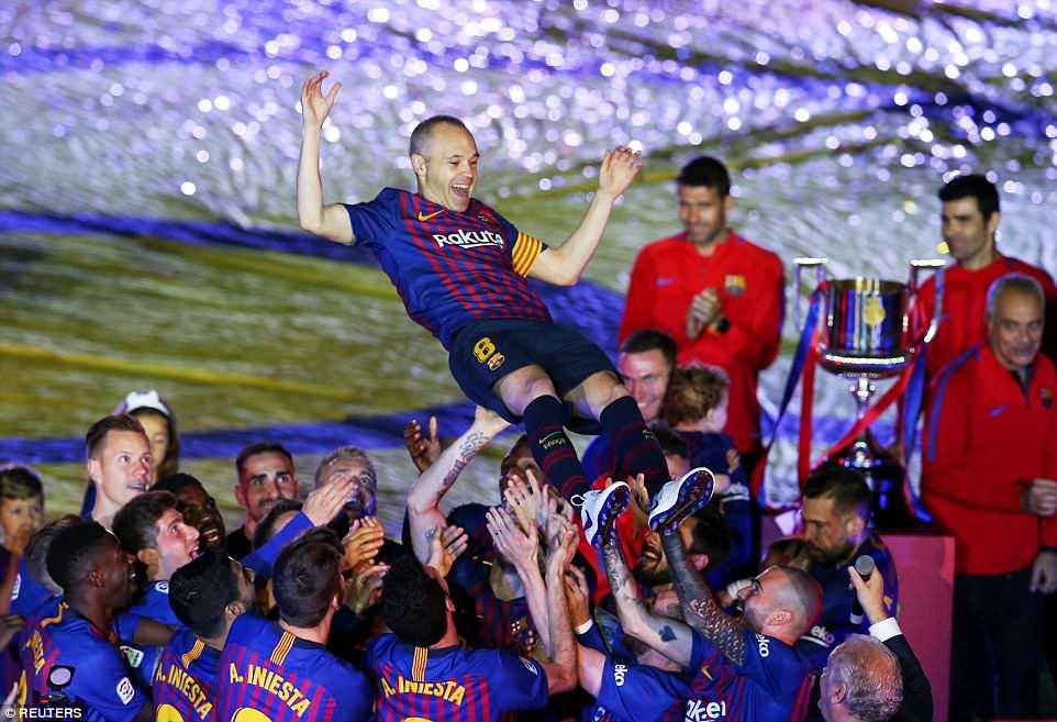 Huyền thoại Iniesta khóc nghẹn trong trận đấu cuối cùng khoác áo Barca - Ảnh 9.