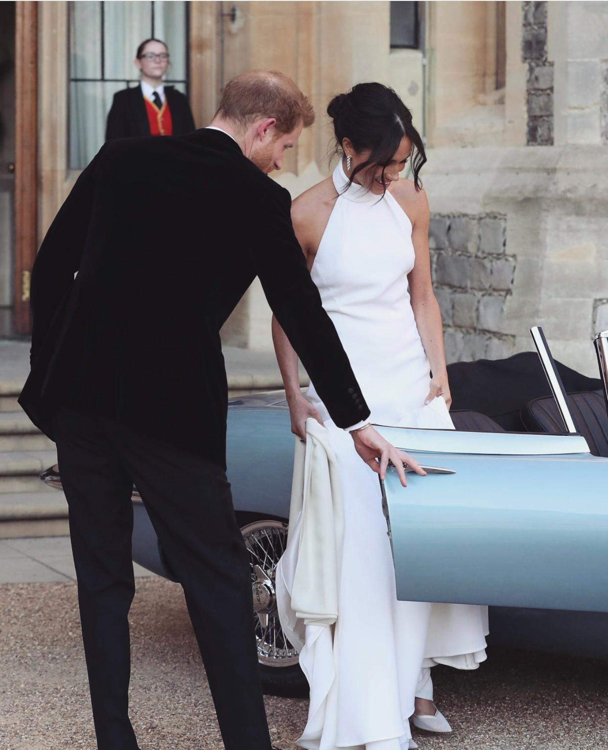 Trông thì tối giản nhưng 2 mẫu váy cưới của Meghan Markle trị giá tới hơn 8 tỷ đồng - Ảnh 6.