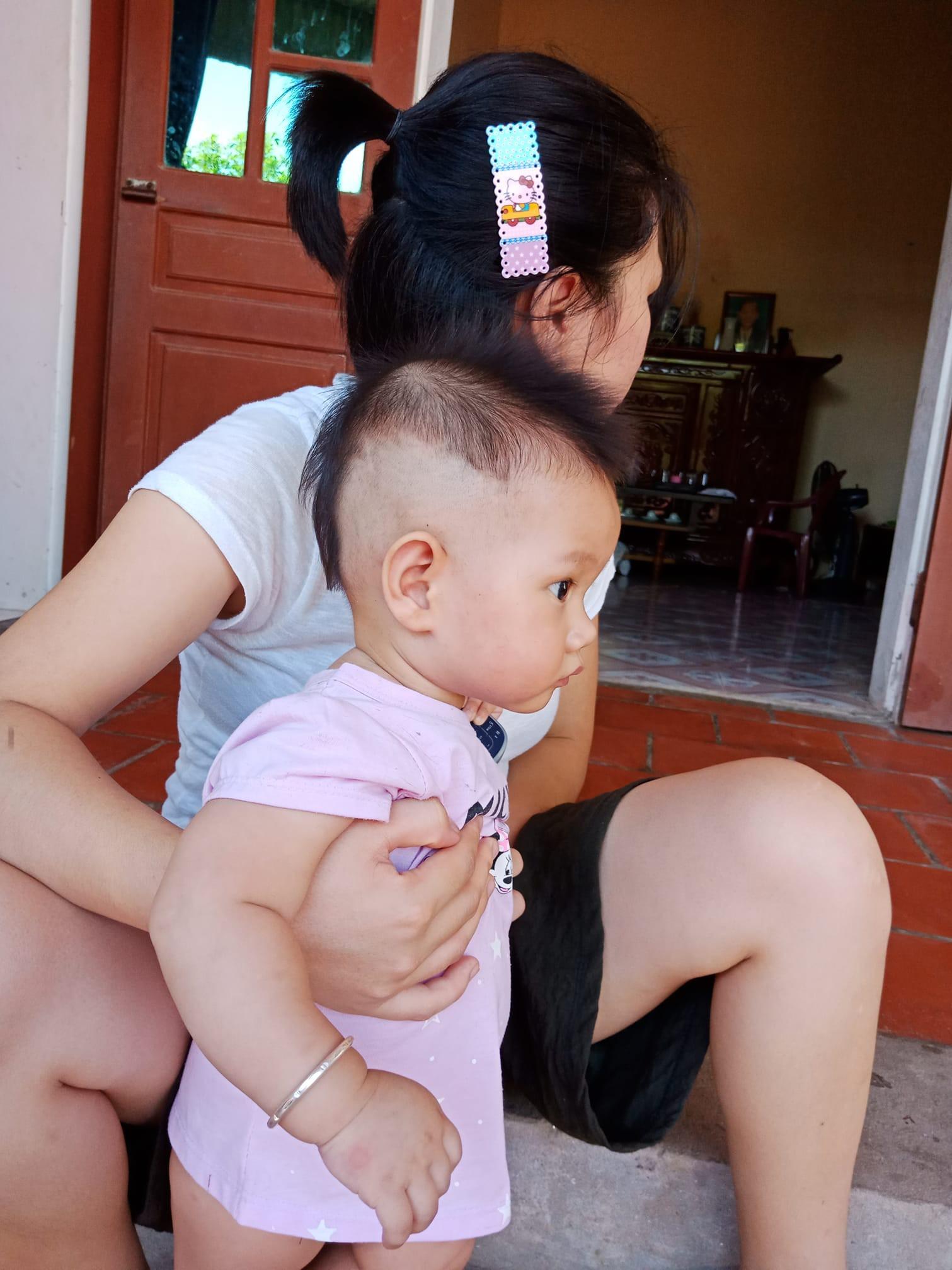 Mẹ chỉ chợp mắt nửa tiếng, bố đã tranh thủ tạo kiểu tóc cho cô công chúa để bắt kịp xu hướng của thần tượng - Ảnh 2.