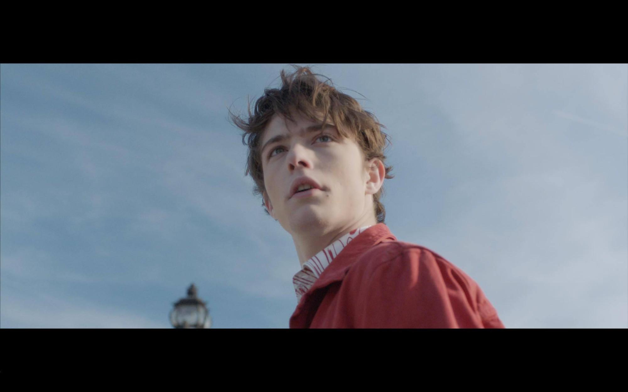 Soi ngay chàng trai Tây Ban Nha đẹp như tạc tượng khiến Min phải vật vã trong MV mới - Ảnh 5.
