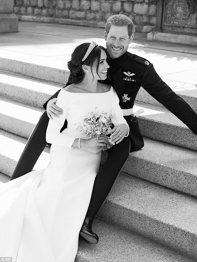 Đọc vị ảnh cưới của Hoàng tử Harry - Meghan, khác biệt hoàn toàn so với anh trai William - Ảnh 1.