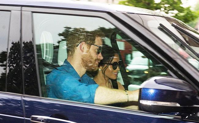Vợ chồng Hoàng tử Harry - Meghan lần đầu lộ diện sau đám cưới và tiết lộ kế hoạch bất ngờ - Ảnh 1.