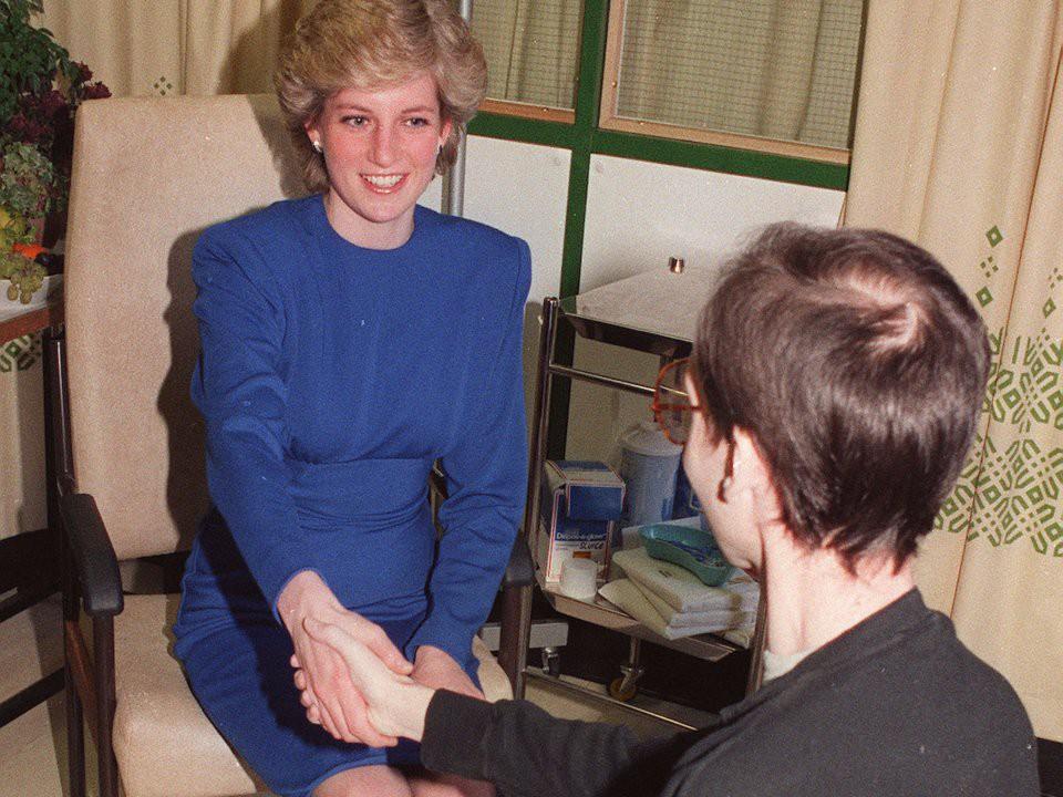 Nhan sắc và khí chất hoàn hảo của cố Công nương Diana trong những khoảnh khắc xưa - Ảnh 22.