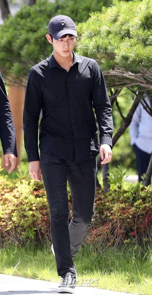 Quấy rối và dùng dao đe dọa sao nữ, mỹ nam Yêu không kiểm soát lần đầu xuất hiện trong lần triệu tập đầu tiên - Ảnh 1.