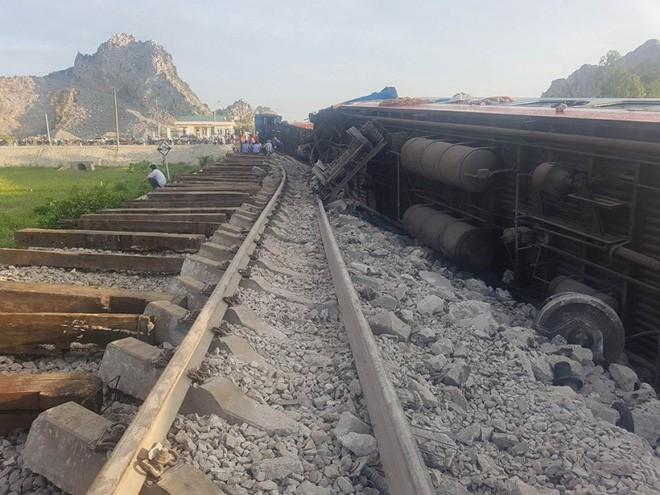 Hiện trường vụ tai nạn tàu hỏa kinh hoàng làm 2 người chết, 8 người bị thương ở Thanh Hóa - Ảnh 1.