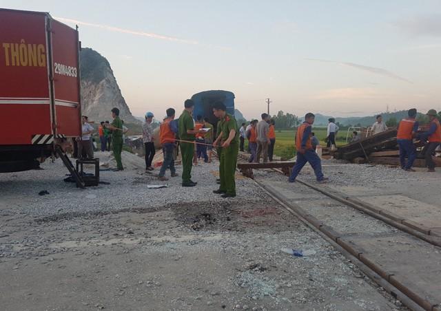 Hiện trường vụ tai nạn tàu hỏa kinh hoàng làm 2 người chết, 8 người bị thương ở Thanh Hóa - Ảnh 5.