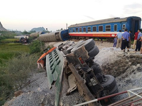 Hiện trường vụ tai nạn tàu hỏa kinh hoàng làm 2 người chết, 8 người bị thương ở Thanh Hóa - Ảnh 6.