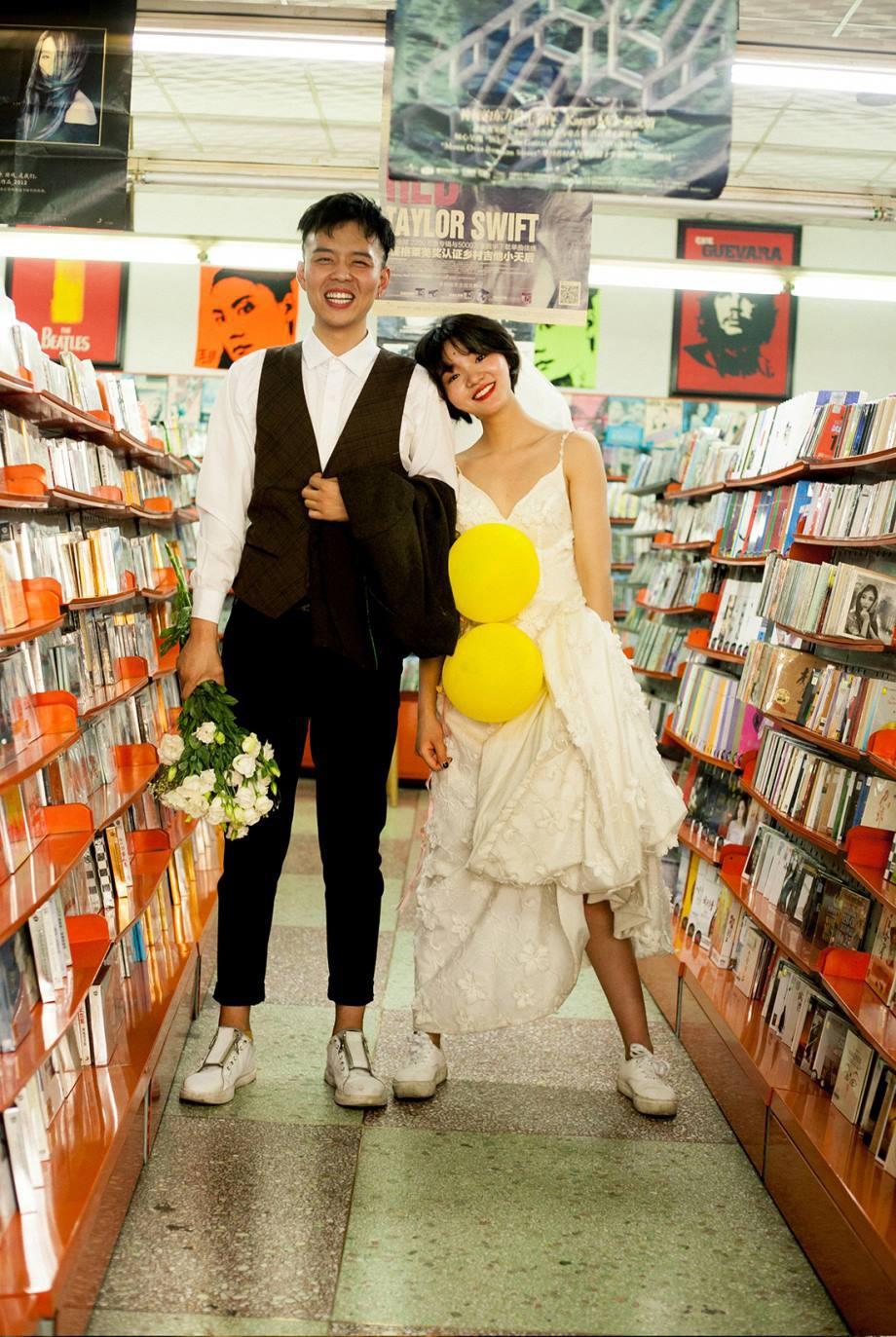 Bộ ảnh cưới mùa hè của cô dâu tóc ngắn đi giày thể thao giúp bạn định nghĩa lại về cái đẹp - Ảnh 2.