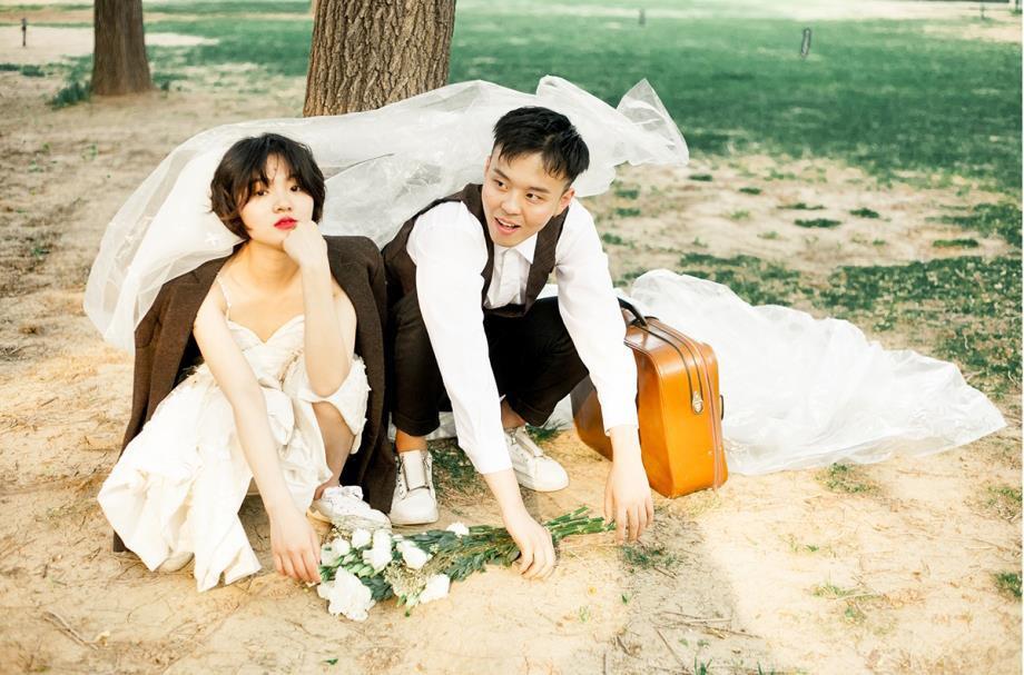 Bộ ảnh cưới mùa hè của cô dâu tóc ngắn đi giày thể thao giúp bạn định nghĩa lại về cái đẹp - Ảnh 5.
