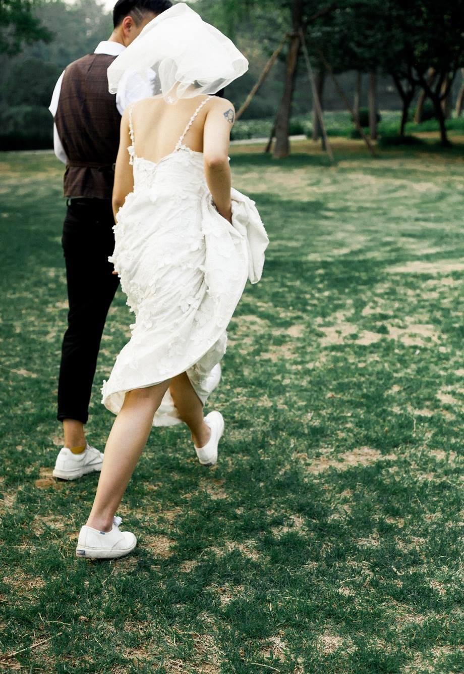 Bộ ảnh cưới mùa hè của cô dâu tóc ngắn đi giày thể thao giúp bạn định nghĩa lại về cái đẹp - Ảnh 6.