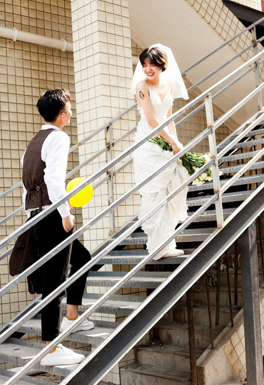 Bộ ảnh cưới mùa hè của cô dâu tóc ngắn đi giày thể thao giúp bạn định nghĩa lại về cái đẹp - Ảnh 3.
