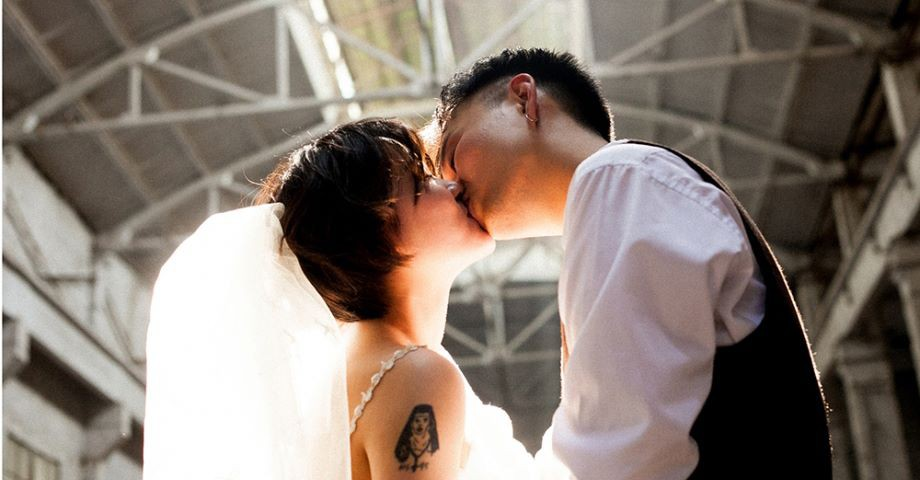 Bộ ảnh cưới mùa hè của cô dâu tóc ngắn đi giày thể thao giúp bạn định nghĩa lại về cái đẹp - Ảnh 8.