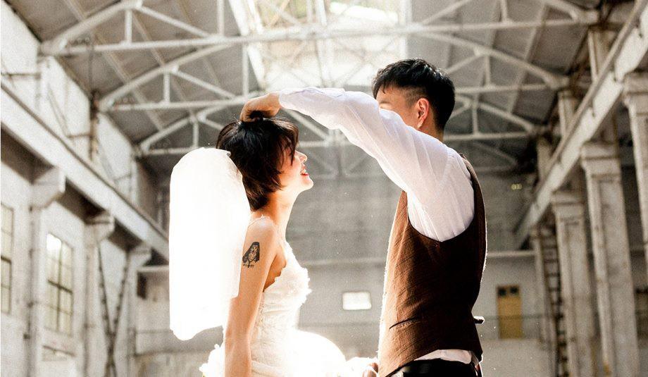 Bộ ảnh cưới mùa hè của cô dâu tóc ngắn đi giày thể thao giúp bạn định nghĩa lại về cái đẹp - Ảnh 9.