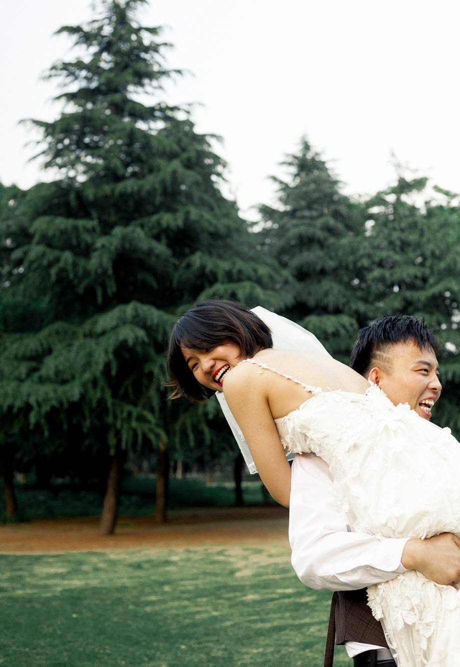Bộ ảnh cưới mùa hè của cô dâu tóc ngắn đi giày thể thao giúp bạn định nghĩa lại về cái đẹp - Ảnh 10.