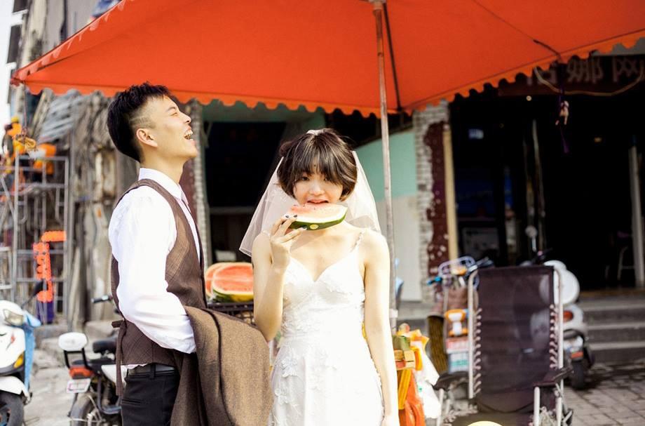 Bộ ảnh cưới mùa hè của cô dâu tóc ngắn đi giày thể thao giúp bạn định nghĩa lại về cái đẹp - Ảnh 4.