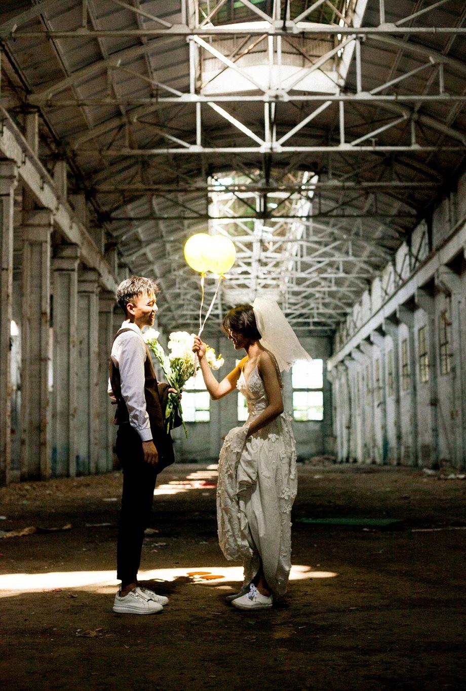 Bộ ảnh cưới mùa hè của cô dâu tóc ngắn đi giày thể thao giúp bạn định nghĩa lại về cái đẹp - Ảnh 13.