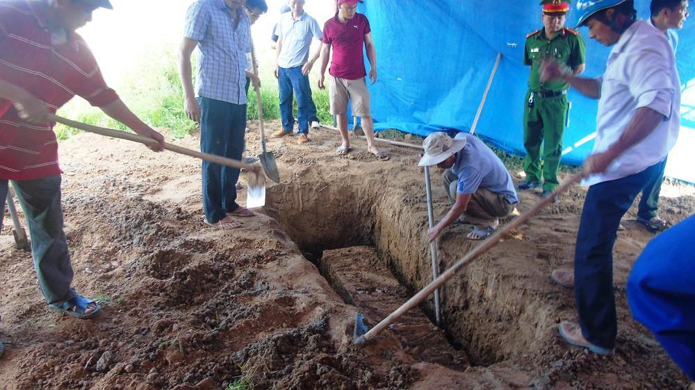 Người thân rùng mình kể lại giây phút khai quật tử thi 6 năm - Ảnh 2.
