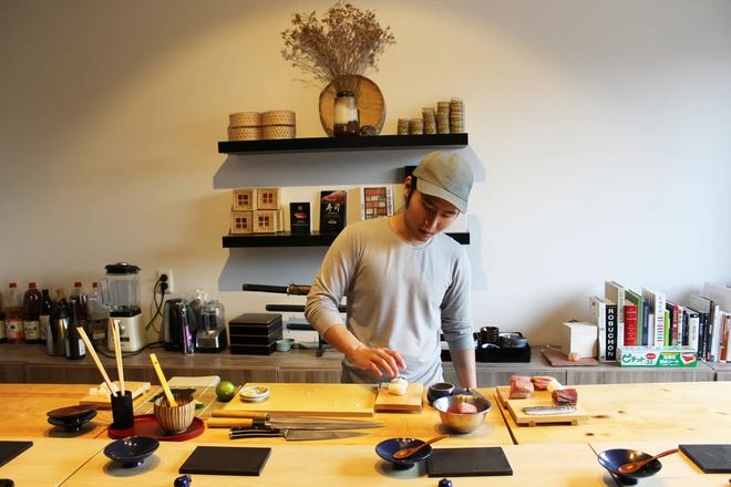 Tự mở nhà hàng Nhật trong phòng kí túc, anh chàng 21 tuổi khiến giới sành ăn ở Amsterdam phải ngỡ ngàng - Ảnh 2.