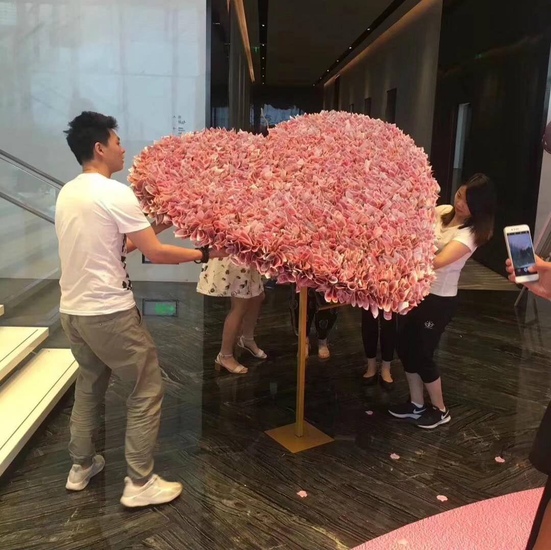 Trung Quốc: Nam thanh niên chơi trội tặng bạn gái bó hoa hơn 1 tỷ đồng làm từ 334 nghìn tờ tiền thật - Ảnh 3.