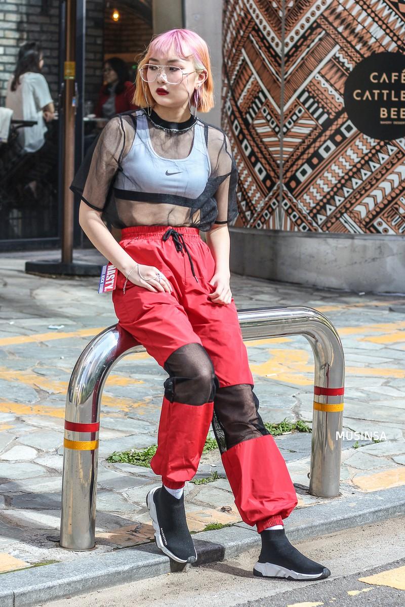 Chỉ diện toàn những món đồ mà ai cũng có sẵn nhưng giới trẻ Hàn vẫn hô biến nên street style quá đỉnh - Ảnh 12.