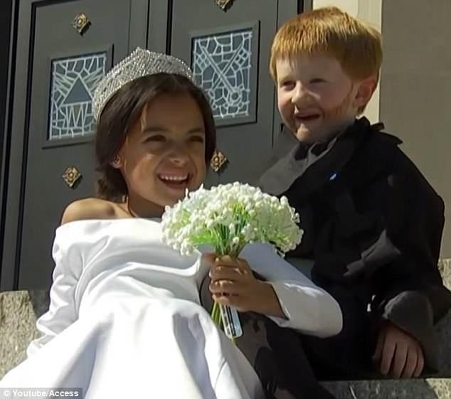 Cặp đôi nhí cosplay đám cưới Hoàng gia chuẩn đến từng bông hoa, nếp áo - Ảnh 4.