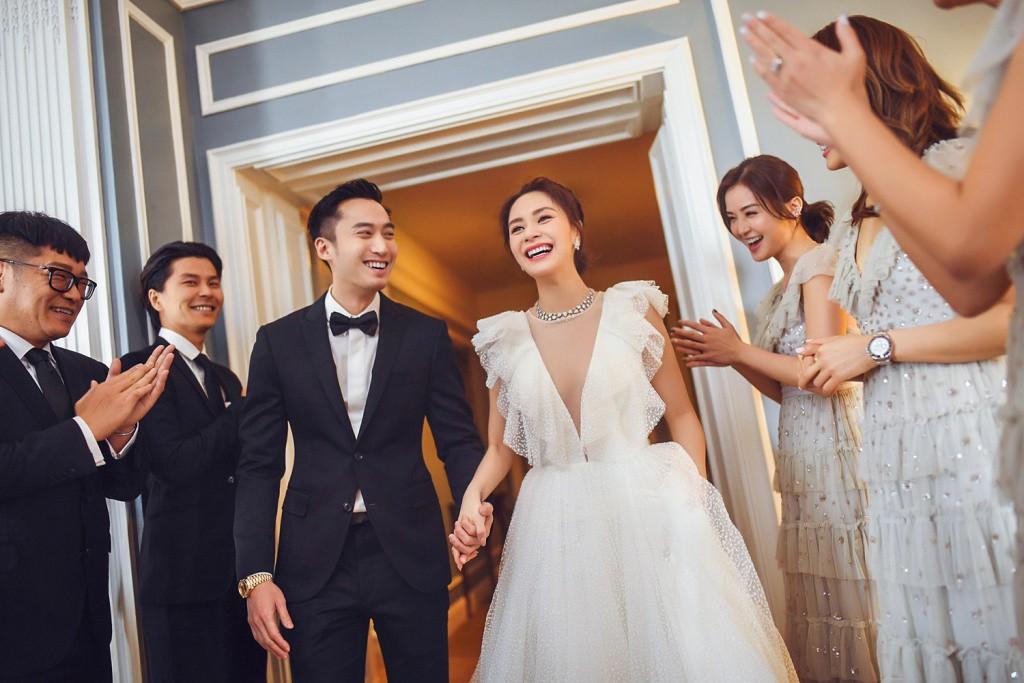 Tròn 10 năm tủi hờn vì scandal ảnh sex, Chung Hân Đồng khóc như mưa trong hôn lễ đẹp như cổ tích của mình - Ảnh 3.