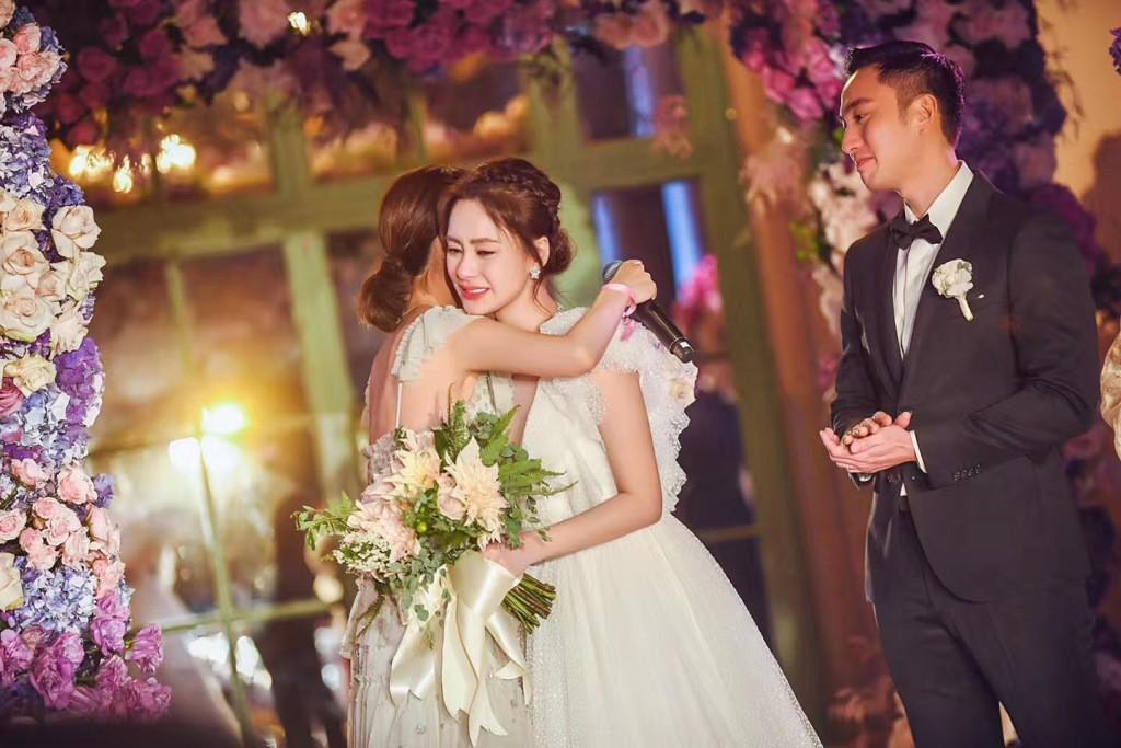 Tròn 10 năm tủi hờn vì scandal ảnh sex, Chung Hân Đồng khóc như mưa trong hôn lễ đẹp như cổ tích của mình - Ảnh 8.