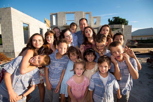 Người phụ nữ xinh đẹp tại Mỹ này đã xoay sở thế nào khi làm mẹ của những 16-đứa-con? Photo-1-1527314013816689968660