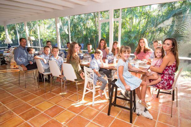 Người phụ nữ xinh đẹp tại Mỹ này đã xoay sở thế nào khi làm mẹ của những 16-đứa-con? Photo-6-15273140138252144641404