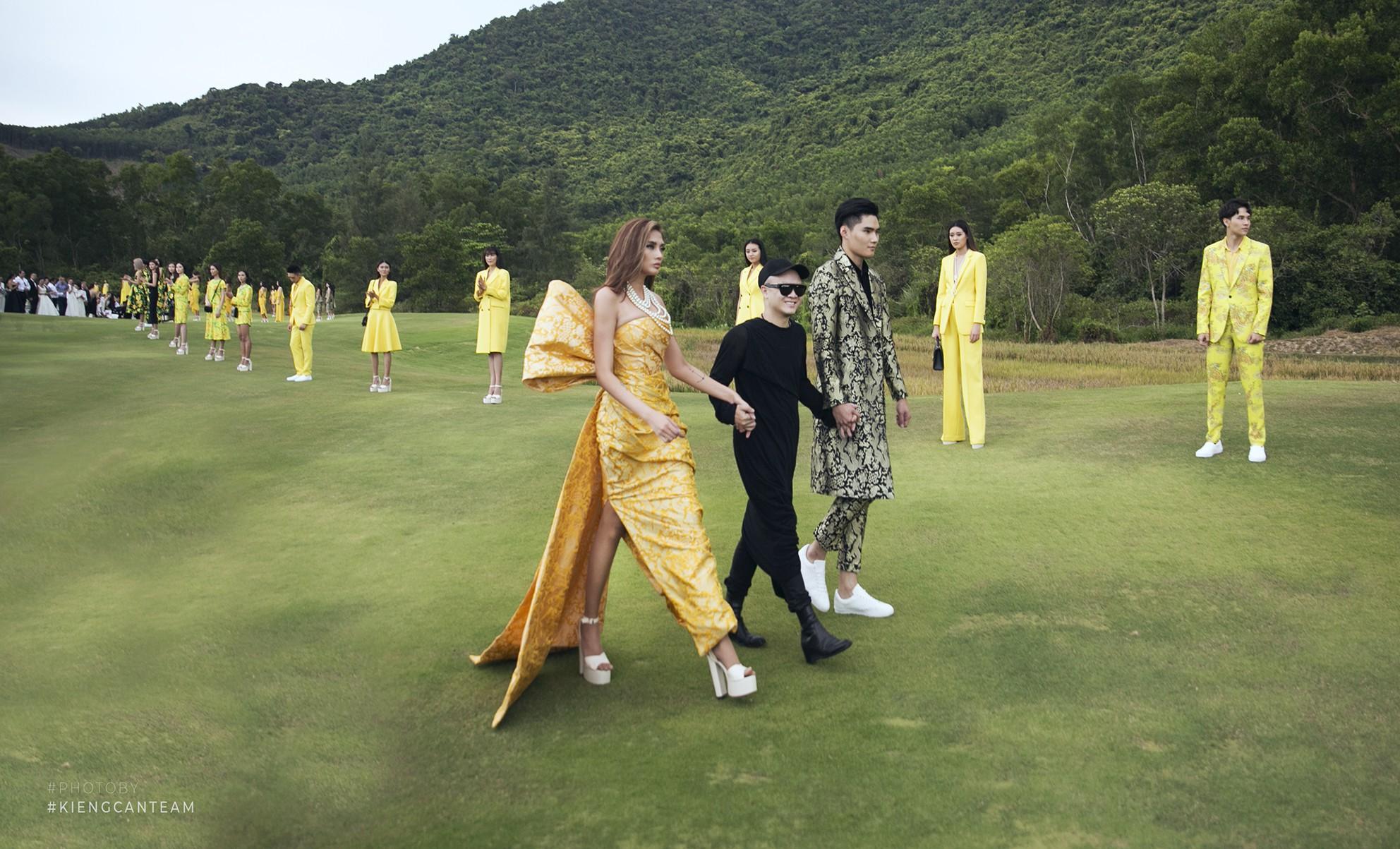 Đi giày hơn 15cm catwalk trên sân golf, khách mời phải ngả mũ trước dàn mẫu đỉnh của NTK Đỗ Mạnh Cường - Ảnh 8.