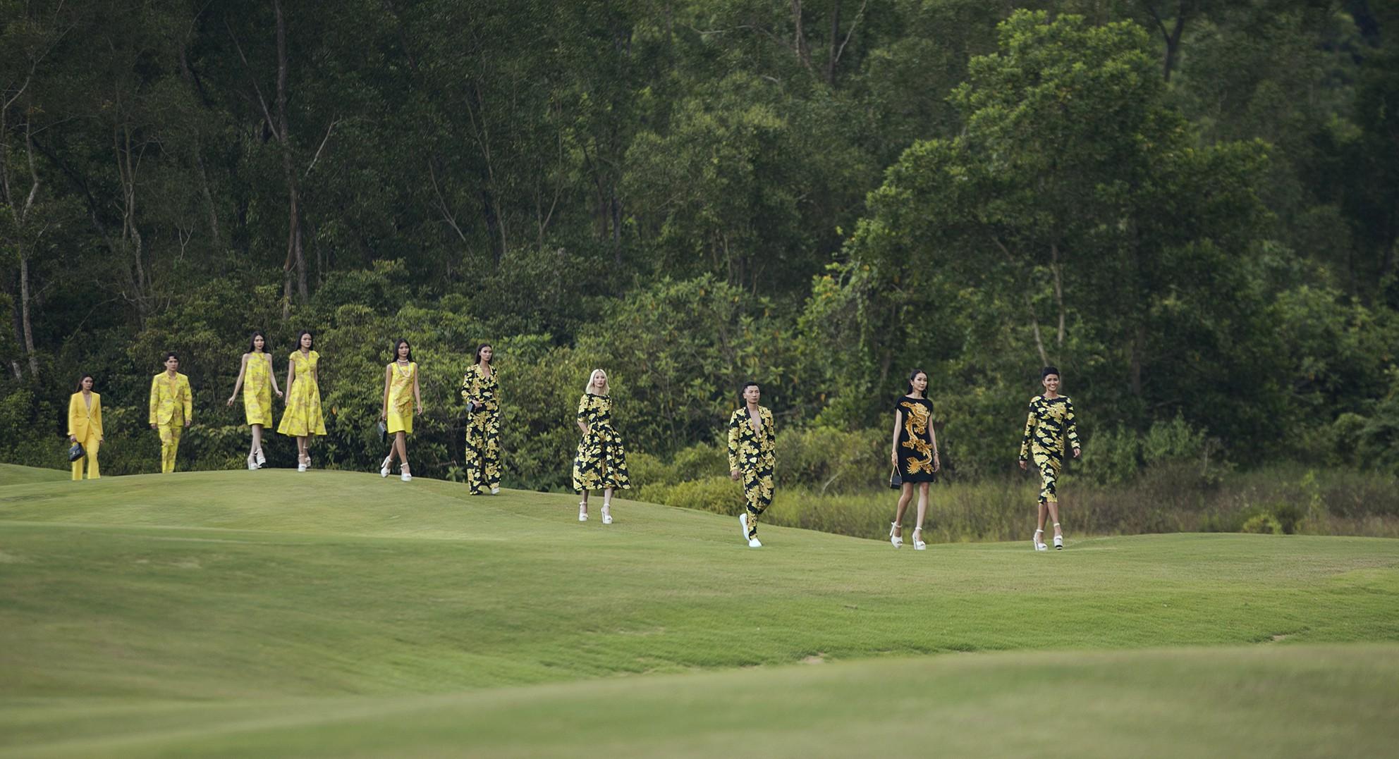 Đi giày hơn 15cm catwalk trên sân golf, khách mời phải ngả mũ trước dàn mẫu đỉnh của NTK Đỗ Mạnh Cường - Ảnh 9.