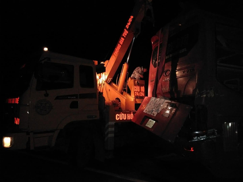 Tránh xe tải lật ngang giữa đường, xe khách chở 30 người đâm vào vách núi - Ảnh 3.
