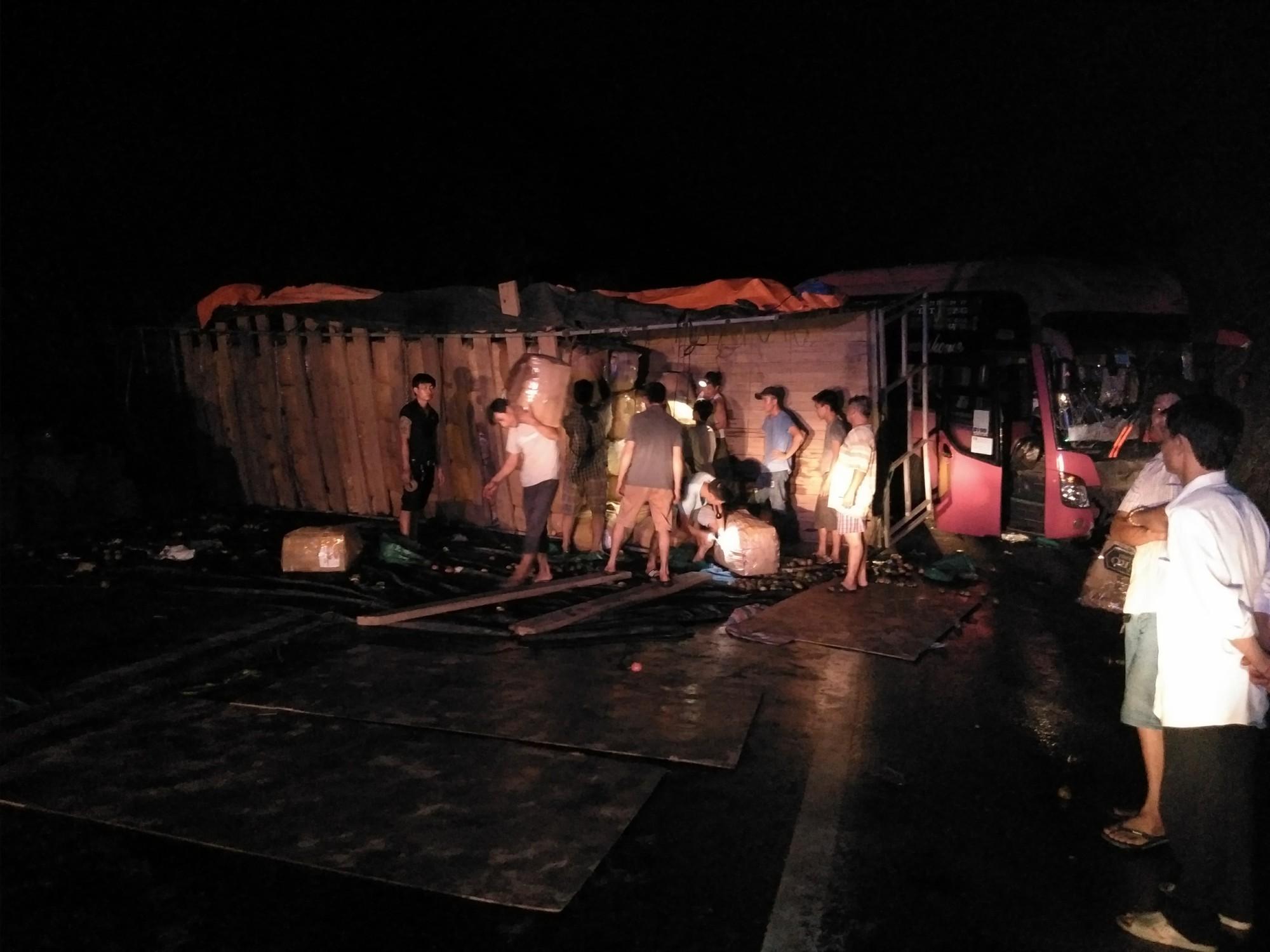 Tránh xe tải lật ngang giữa đường, xe khách chở 30 người đâm vào vách núi - Ảnh 1.