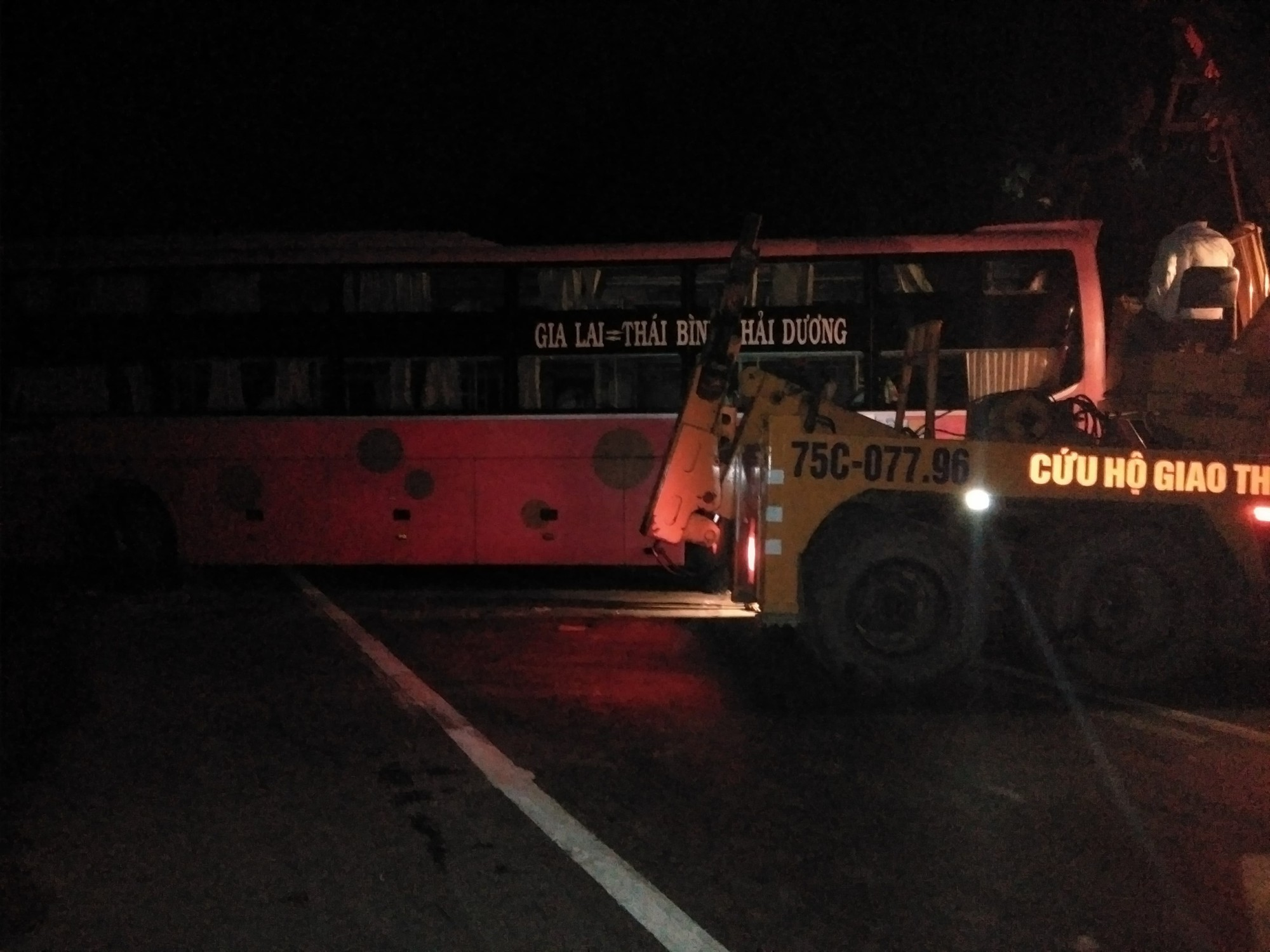 Tránh xe tải lật ngang giữa đường, xe khách chở 30 người đâm vào vách núi - Ảnh 2.