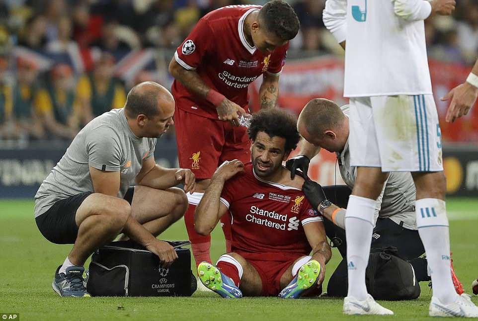Tình huống Ramos bẻ vai Salah như võ sĩ MMA khiến fan phẫn nộ - Ảnh 1.