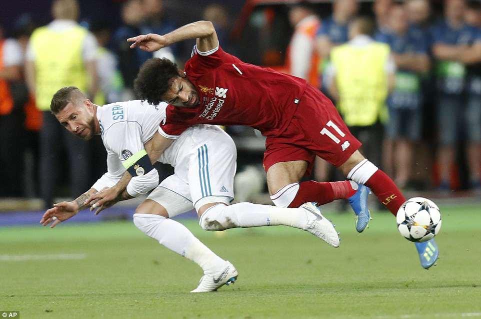 Tình huống Ramos bẻ vai Salah như võ sĩ MMA khiến fan phẫn nộ - Ảnh 2.