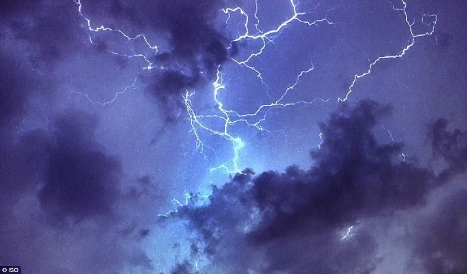 Bão lớn đổ bộ Anh Quốc, bầu trời London bị xẻ dọc bởi hơn 50.000 tia sét cực lớn - Ảnh 2.