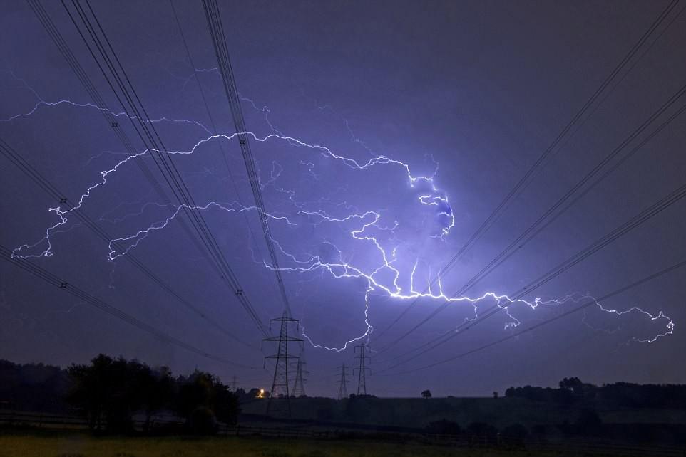 Bão lớn đổ bộ Anh Quốc, bầu trời London bị xẻ dọc bởi hơn 50.000 tia sét cực lớn - Ảnh 4.