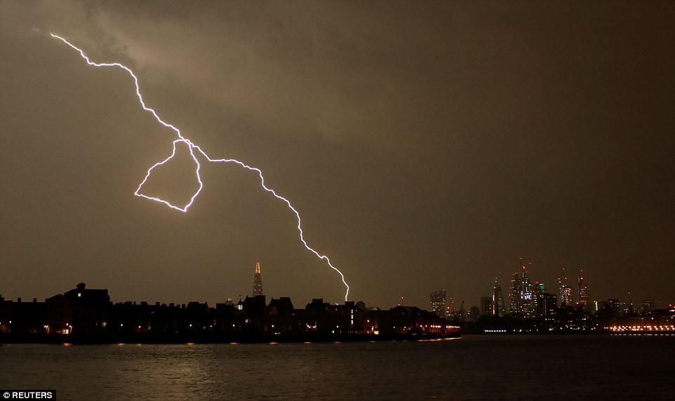 Bão lớn đổ bộ Anh Quốc, bầu trời London bị xẻ dọc bởi hơn 50.000 tia sét cực lớn - Ảnh 6.