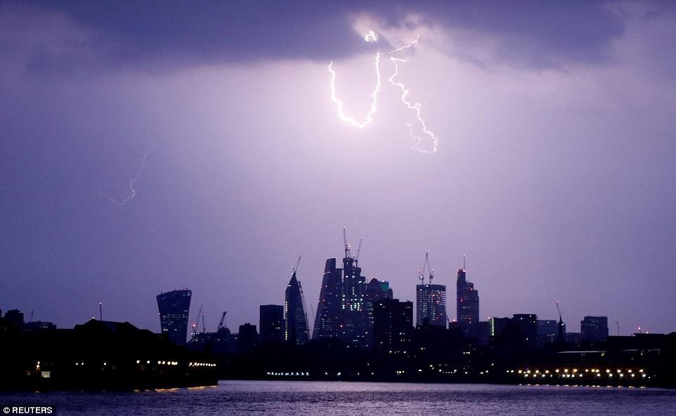 Bão lớn đổ bộ Anh Quốc, bầu trời London bị xẻ dọc bởi hơn 50.000 tia sét cực lớn - Ảnh 11.