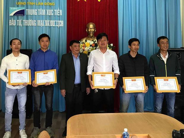 Năm người được Hiệp Hội du lịch Lâm Đồng khen thưởng - Ảnh: CAND