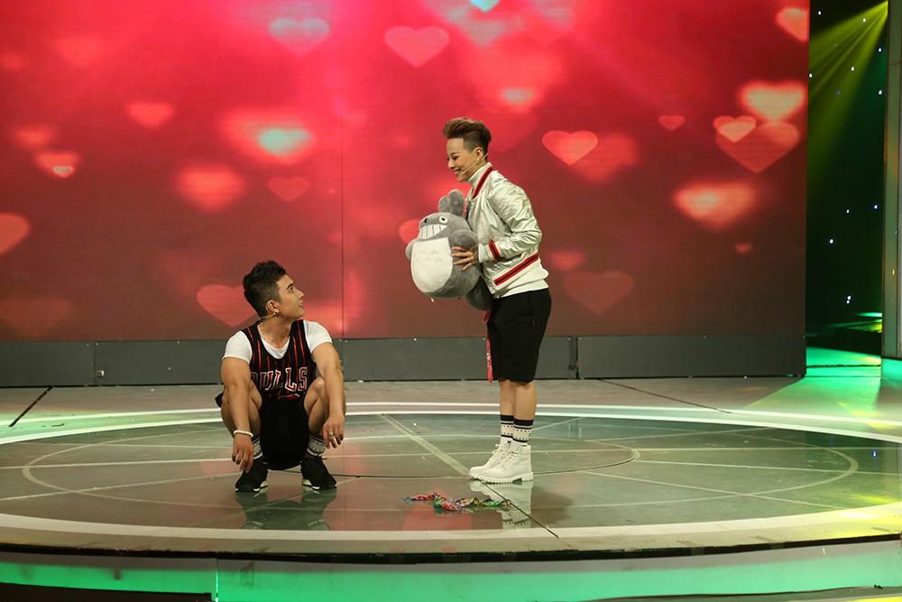 Quý ông hoàn hảo: Giám khảo, khán giả ngỡ ngàng khi cặp đôi hôn nhau liên tục trên sân khấu - Ảnh 3.