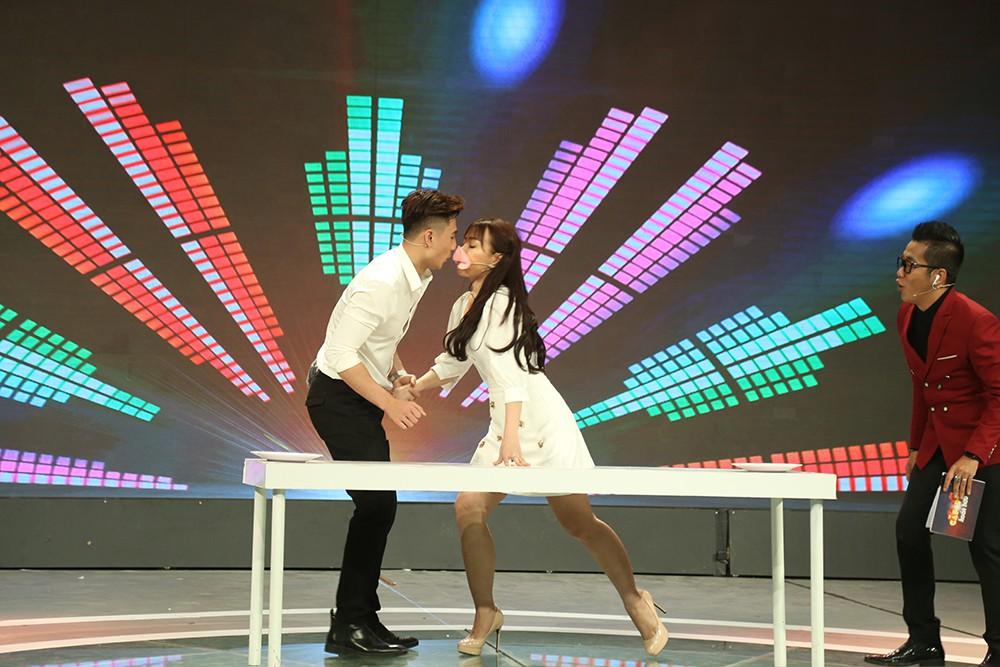 Quý ông hoàn hảo: Giám khảo, khán giả ngỡ ngàng khi cặp đôi hôn nhau liên tục trên sân khấu - Ảnh 6.