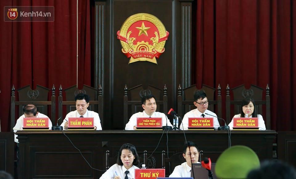 Điểm lại những tình tiết bất ngờ từ ngày đầu phiên xử bác sĩ Lương cho đến quyết định quay lại phần xét hỏi sau 10 ngày - Ảnh 1.