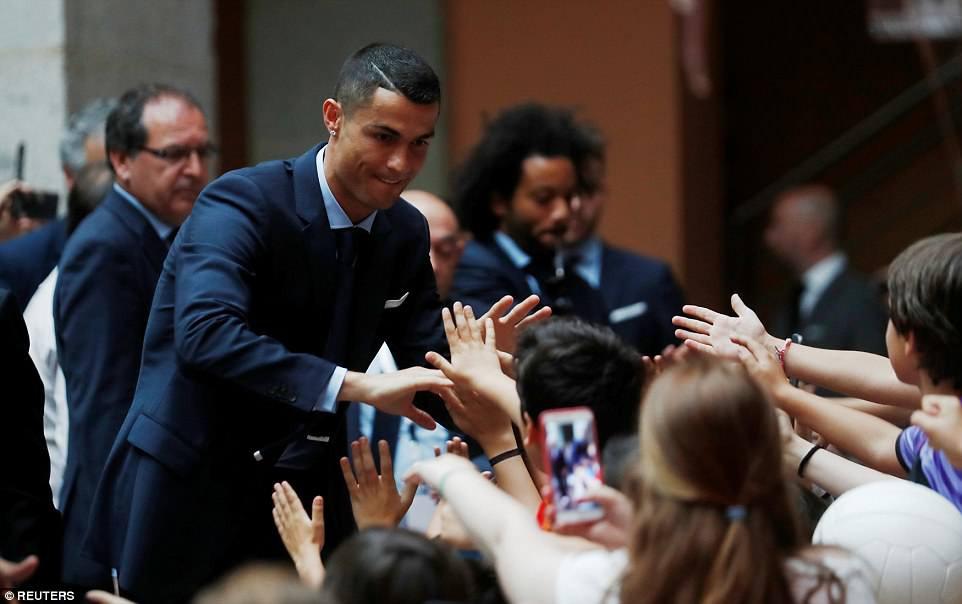CĐV Real Madrid hô vang Ronaldo, ở lại đi trong lễ diễu hành mừng công hoành tráng - Ảnh 8.