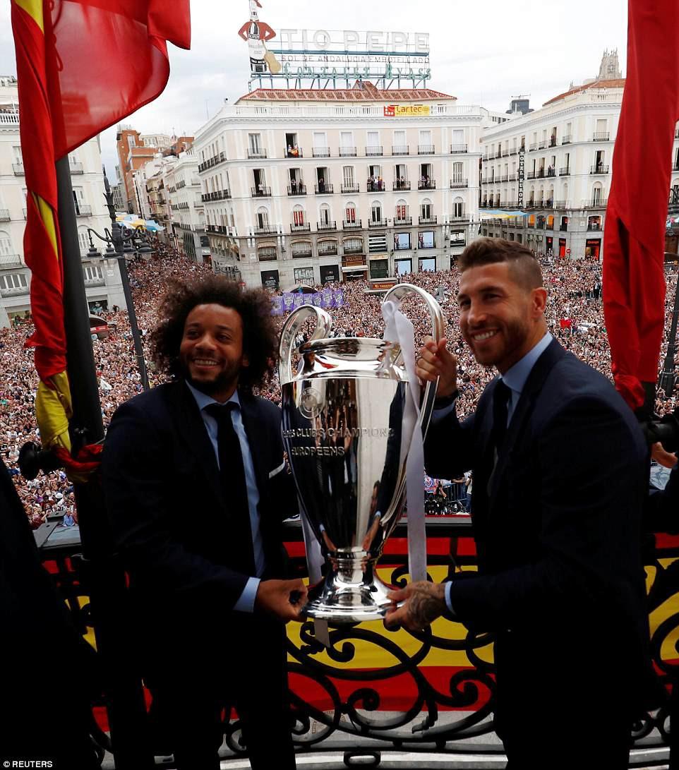 CĐV Real Madrid hô vang Ronaldo, ở lại đi trong lễ diễu hành mừng công hoành tráng - Ảnh 6.