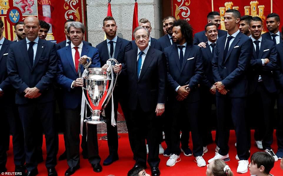 CĐV Real Madrid hô vang Ronaldo, ở lại đi trong lễ diễu hành mừng công hoành tráng - Ảnh 12.