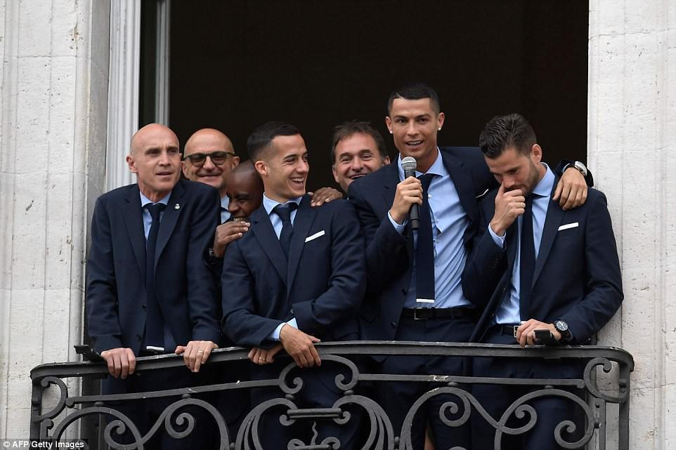 CĐV Real Madrid hô vang Ronaldo, ở lại đi trong lễ diễu hành mừng công hoành tráng - Ảnh 7.
