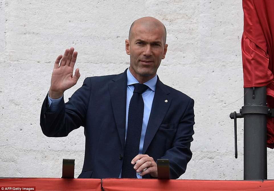 CĐV Real Madrid hô vang Ronaldo, ở lại đi trong lễ diễu hành mừng công hoành tráng - Ảnh 10.