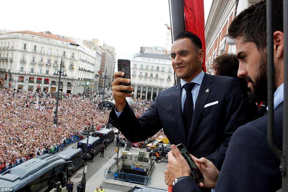 CĐV Real Madrid hô vang Ronaldo, ở lại đi trong lễ diễu hành mừng công hoành tráng - Ảnh 11.